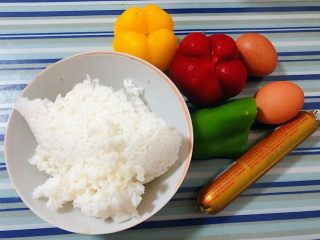 彩椒香肠蛋炒饭,准备原材料一碗米饭、彩椒、香肠、胡萝卜、鸡蛋备用