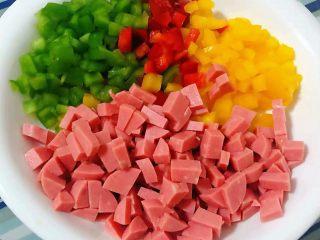 彩椒香肠蛋炒饭,香肠和青、红、黄椒切成小粒状