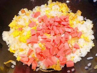 彩椒香肠蛋炒饭,放入香肠中火快速翻炒均匀
