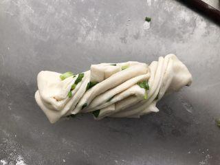 葱油花卷,用手把两端向不同的方向拧