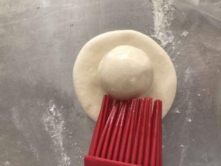碗碗馒头,小的面团沾少许植物油,然后放到面饼上