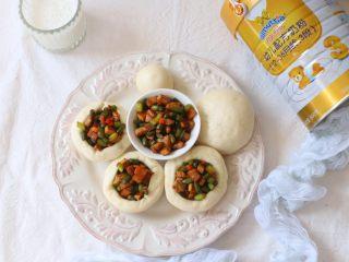 碗碗馒头,外面小碗形状的馒头就可以装着菜吃,取出里面的小圆球直接吃。