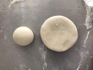 碗碗馒头,取大的面团压扁,小面团揉圆