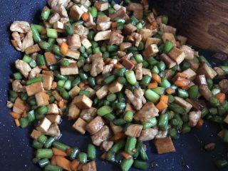 碗碗馒头,把豆腐干放入锅中翻炒均匀,加入蚝油继续翻炒,出锅前加入少许香油调味。
