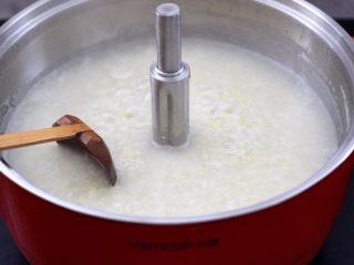 猪肝茼蒿粥,看见锅中的米汤,变得越来越粘稠时。