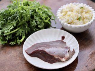 猪肝茼蒿粥,首先把所有的食材备齐。