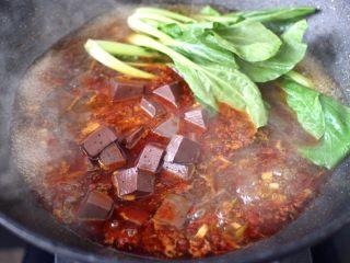 水煮猪血,再放入青菜,大火继续煮沸。