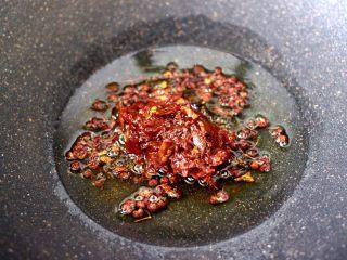水煮猪血,这个时候倒入郫县豆瓣酱。
