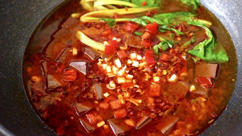 水煮猪血,看见青菜断生变色即可关火,撒上红椒和葱碎。