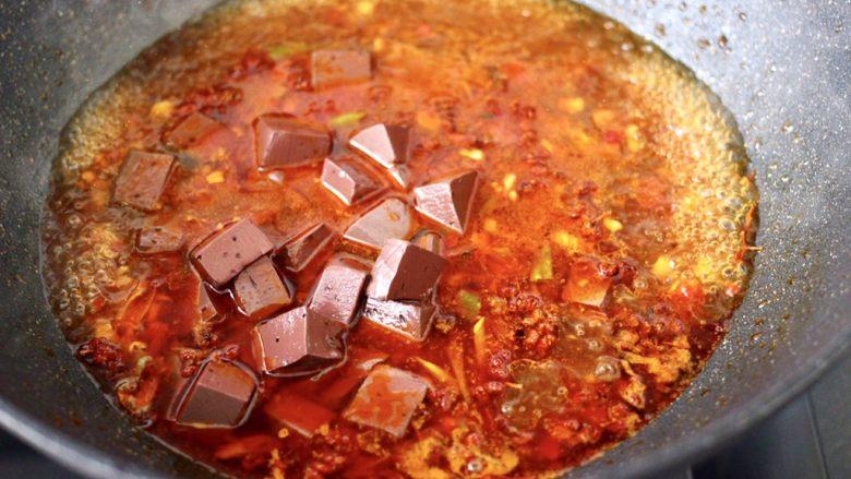 水煮猪血,大火烧开后,放入焯过水的猪血。