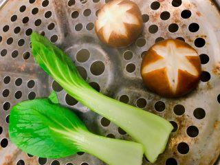 卤牛肉饭,把上海青和香菇上锅蒸5分钟关火