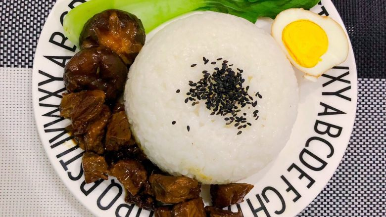 卤牛肉饭, 最后盛上米饭即可摆盘
