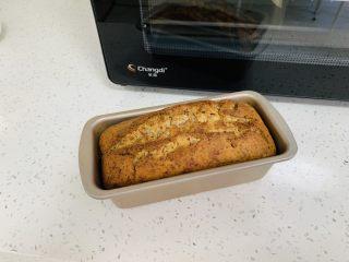 玫瑰乳酪重磅蛋糕,取出蛋糕从高处向下轻轻震动一下蛋糕模具排出气体。