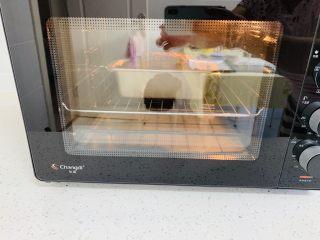 玫瑰乳酪重磅蛋糕,烤箱提前预热上下火180度30分钟。将考网放入烤箱下场。在烘烤15分钟的时候取出用锋利的刀片在蛋糕的中间划上一道划痕这样烤出来的蛋糕,中间有裂纹。