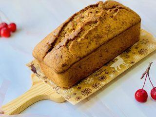 玫瑰乳酪重磅蛋糕,六个面全部刷好糖水后,放置晾凉。