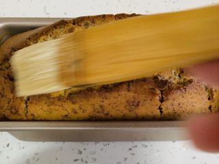 玫瑰乳酪重磅蛋糕,烘烤结束前将食谱二中糖和水搅拌均匀。蛋糕出炉后,用软毛刷子,均匀地把糖水刷在蛋糕表面。