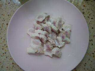 香辣毛豆,将焯水后的五花肉清洗干净,切薄后备用。