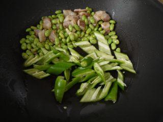 香辣毛豆,加上生抽、蚝油和少许盐,翻炒均匀即可。
