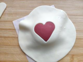 中国心🇨🇳——造型馒头,把白色面皮包在贴好的红色心形面团上。