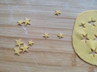 中国心🇨🇳——造型馒头,黄色面团擀薄,用模具压出大小两种星星⭐图案。