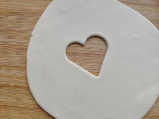 中国心🇨🇳——造型馒头,第二种 取少许白色面团擀薄压出心形。