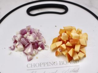 苹果北极虾时蔬炒饭,把苹果洗净后去核切成小丁,洋葱切小丁备用。