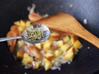 苹果北极虾时蔬炒饭,再加入迷迭香增加口感。