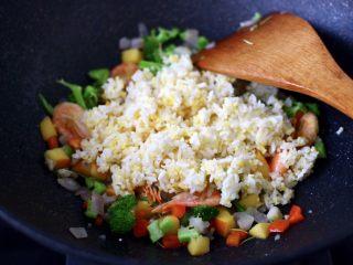 苹果北极虾时蔬炒饭,加入打散的二米饭。