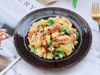 苹果北极虾时蔬炒饭,鲜甜嫩滑可口的炒饭出锅咯,营养丰富又健康好吃。