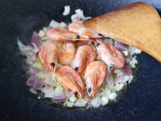 苹果北极虾时蔬炒饭,再放入北极虾快速翻炒均匀。