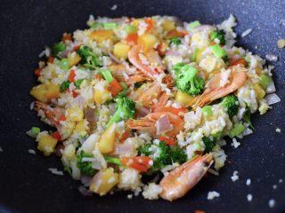 苹果北极虾时蔬炒饭,大火翻炒至所有的食材均匀入味,即可关火。