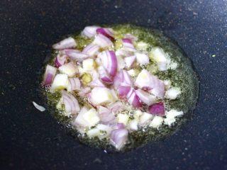 苹果北极虾时蔬炒饭,爆香洋葱丁。