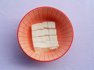 番茄金针菇豆腐汤,豆腐切小块。
