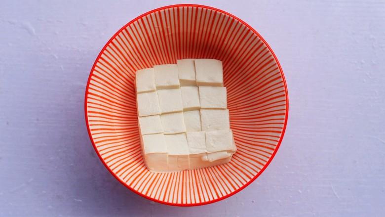番茄金针菇豆腐汤,<a style='color:red;display:inline-block;' href='/shicai/ 465'>豆腐</a>切小块。