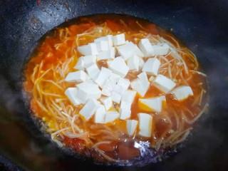番茄金针菇豆腐汤,加入豆腐。