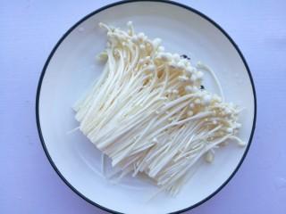 番茄金针菇豆腐汤,菌菇切掉尾部洗净。