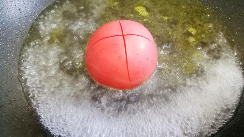 番茄金针菇豆腐汤,<a style='color:red;display:inline-block;' href='/shicai/ 59'>番茄</a>洗净划十字架去皮。