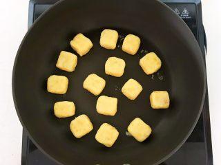 板栗饼,炒锅烧热后放入做好的板栗饼坯,不需要加油