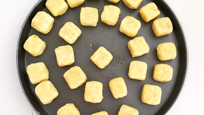 板栗饼,再整理成小方块,栗子饼坯就做好了