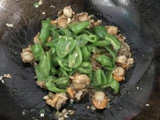 冬日暖心菜 青椒爆炒扇贝肉,接着倒入调好的烧汁和青椒翻炒均匀