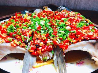 拿的出手的宴客菜,剁椒鱼头,超下饭零失败,淋在葱花上面。超级下饭的剁椒鱼头就做好了,多的汤汁还可以用来拌面。都很不错。