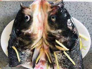 拿的出手的宴客菜,剁椒鱼头,超下饭零失败,和鱼头放一起腌制半个小时。
