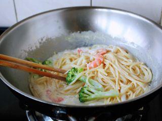 虾仁菌菇白汁意面,小火煮约1分钟左右,撒少许的罗勒碎即可。 喜欢芝士的味道,可以放入少许的芝士粉。 煮的时候用筷子勤翻动一下,避免粘锅。