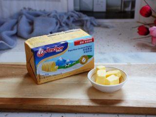虾仁菌菇白汁意面,将黄油提前解冻,把20g的黄油切成小块备用。