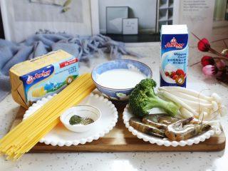 虾仁菌菇白汁意面,准备好主要食材。