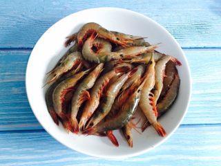 白灼野生剑虾,准备好剑虾清洗干净剪去虾须