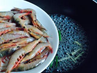 白灼野生剑虾,倒入剑虾