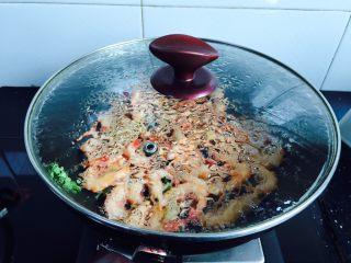 白灼野生剑虾,盖上锅盖煮至虾壳变红,三分钟即可
