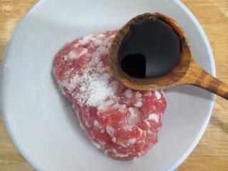 香菇酿肉,把生抽放入肉沫
