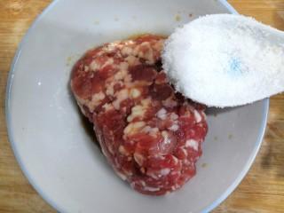 香菇酿肉,把糖,放入肉沫